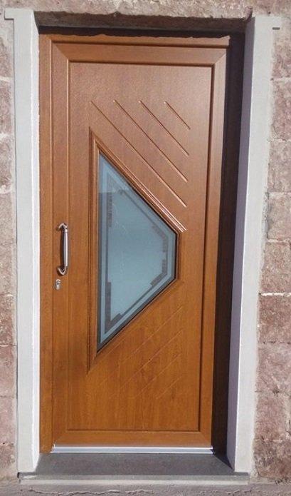una porta in legno marrone con un vetro al centro