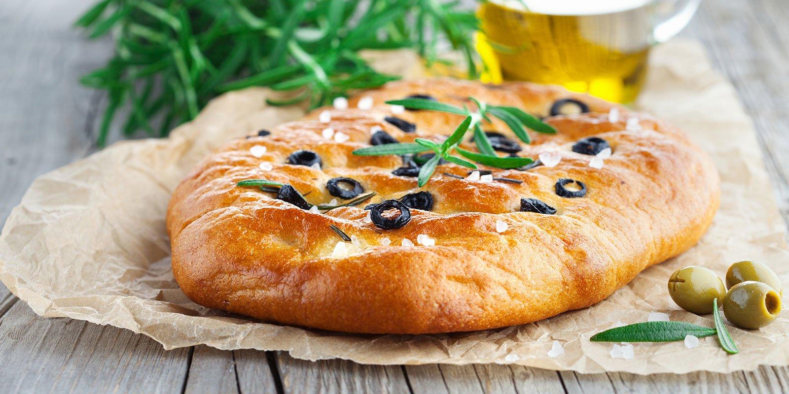 pane appena sfornato tradizionale focaccia italiana con rosmarino e olive nere