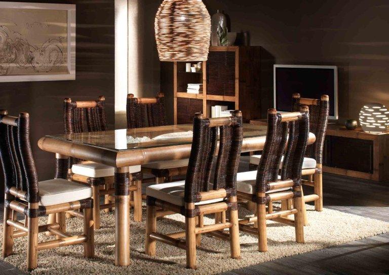 vista laterale tavolo e sedie in legno patinato