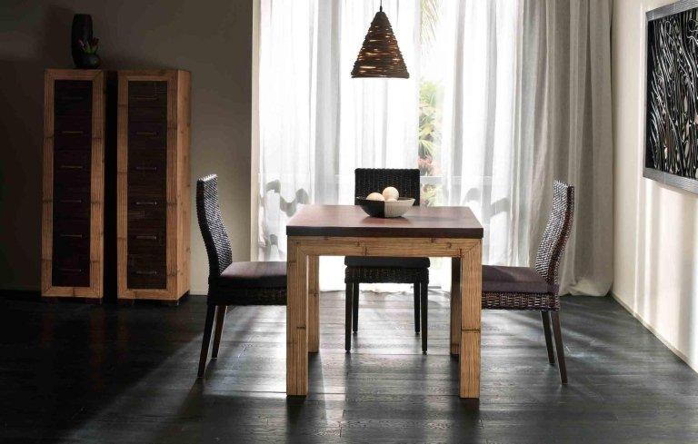 vista frontale di un tavolo in salotto e sedie