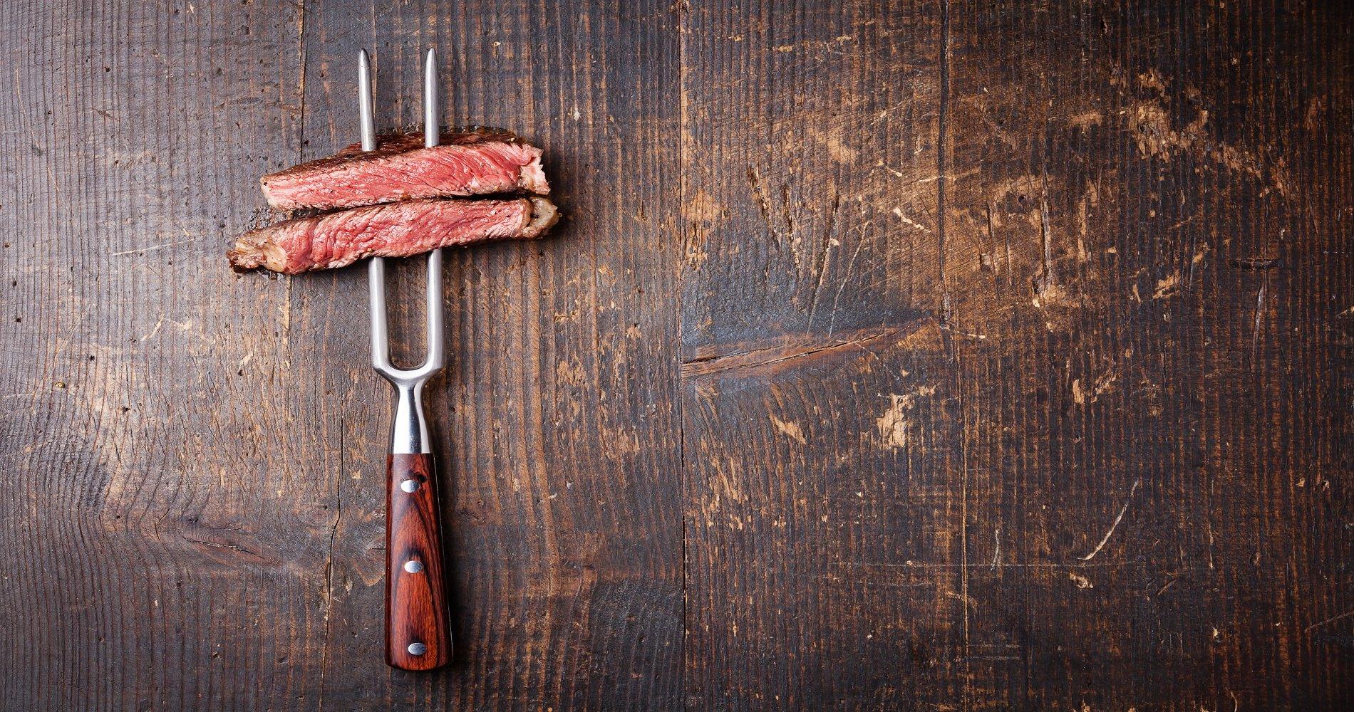 due pezzi di carne in un forchettone