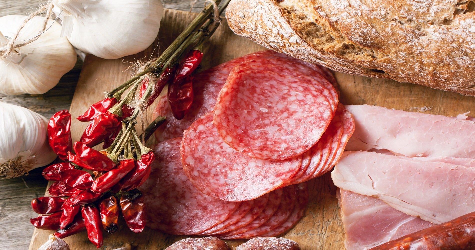 delle fette di salame,prosciutto cotto e peperoncino