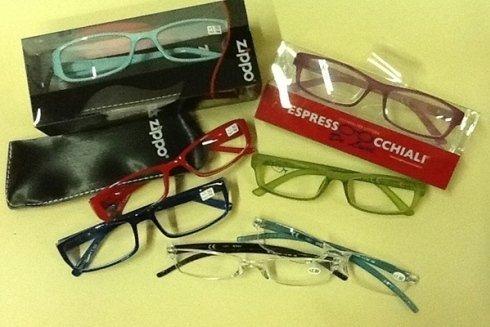 Scelta di occhiali da lettura.