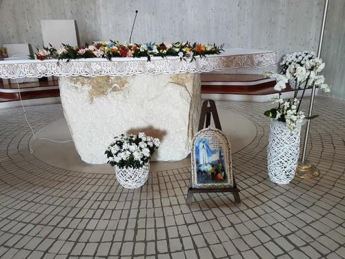 un tavolo antico decorato con dei fiori