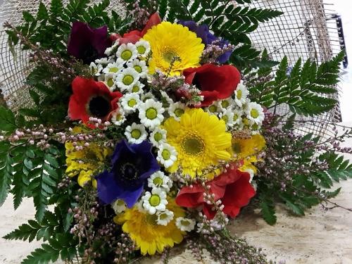una composizione di fiori di color giallo,blu e rosso