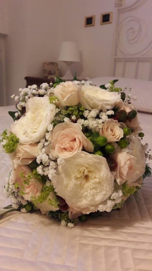 un bouquet di rose da sposa
