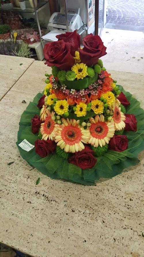 una composizione di fiori a forma di  torta