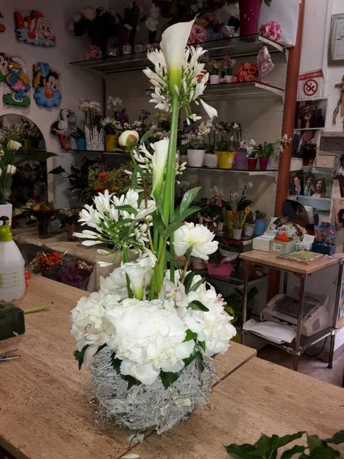 un vaso bianco con dei fiori di color bianco