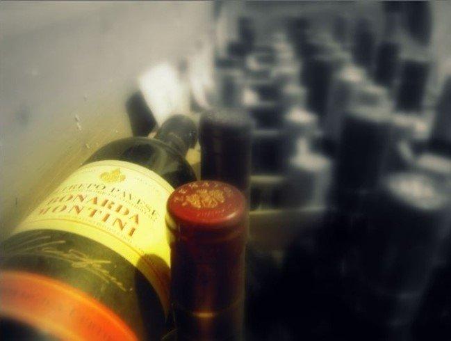 Primo piano delle bottiglie di vino