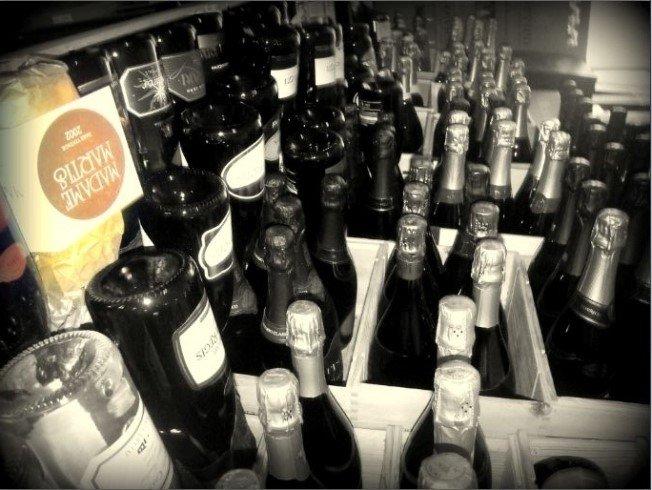 Foto in bianco e nero di bottiglie di Trentodoc