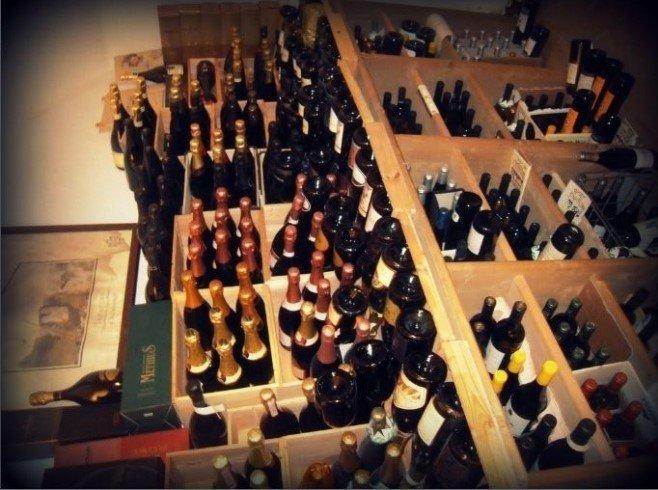 Vista superiore di una parte della riserva di vini