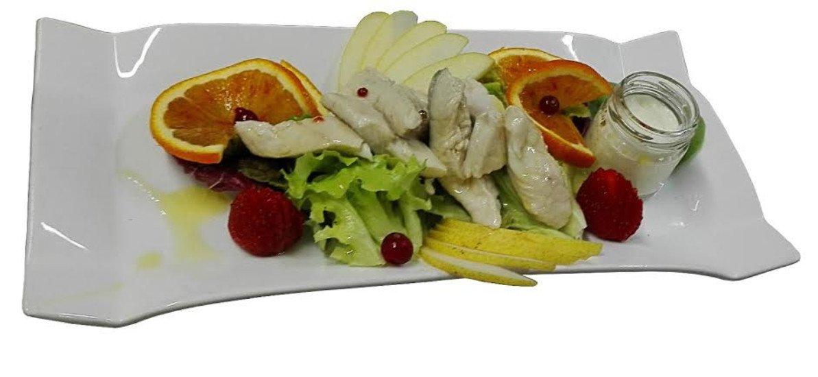 Il salmerino alpino marinato con misticanza, frutta e yogurt  ( Filetto di salmerino alpino marinato con aceto di mela, vino, zucchero, servito su insalatine con frutta e salsa allo yogurt, limone, olio evo del Garda )