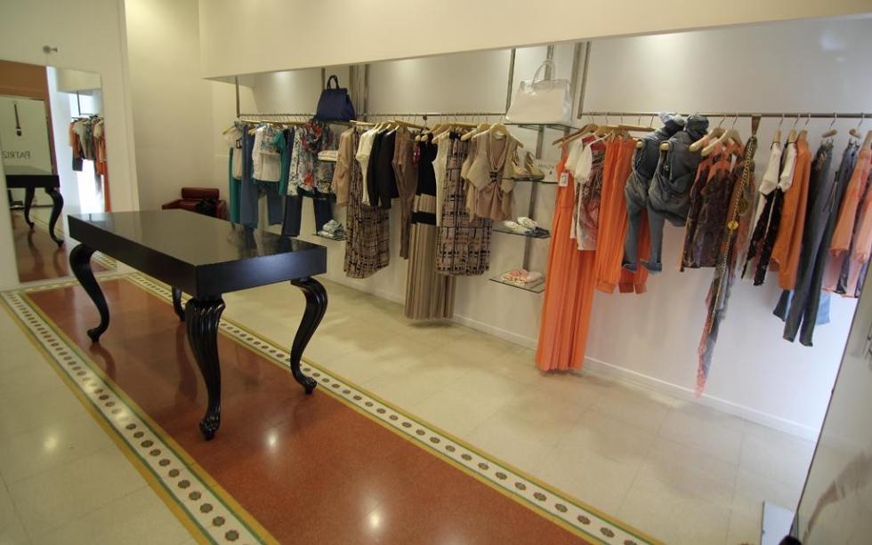 interno di una boutique con esposizione dell'abbigliamento da donna
