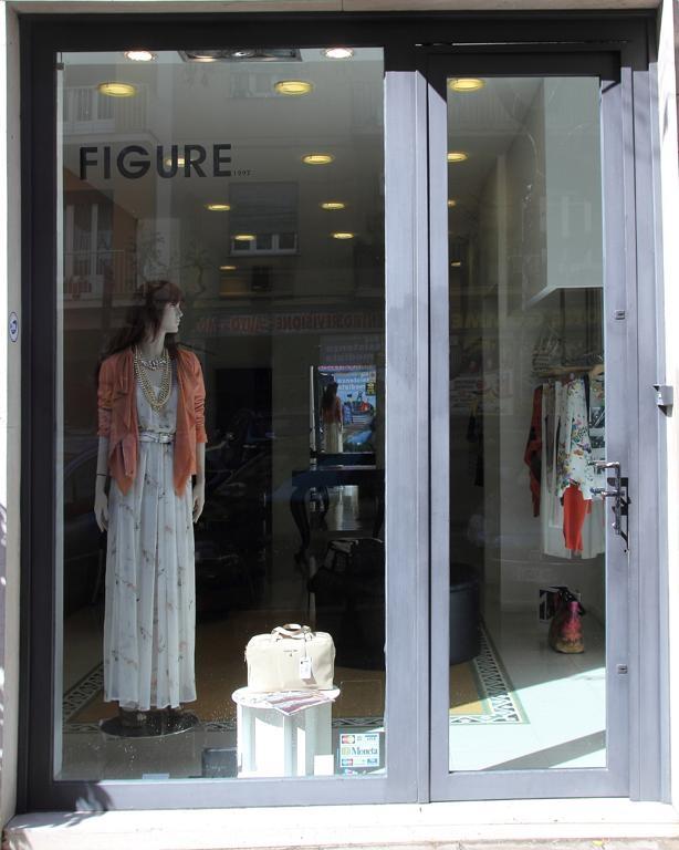 una vetrina di una boutique con scritto Figure