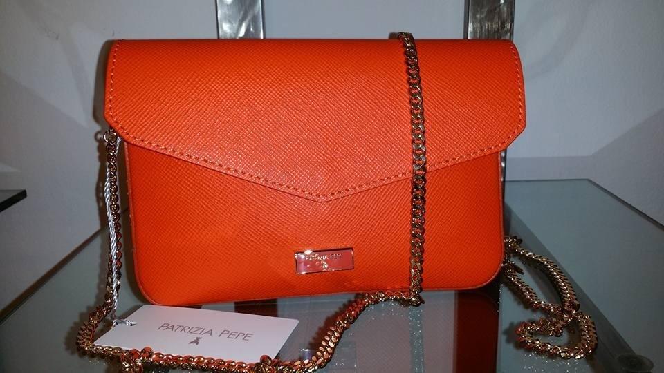 una borsetta di color arancione della marca Patrizia Pepe