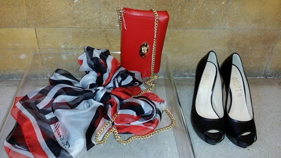 una borsetta di color rosso, delle scarpe coi tacchi e un foulard