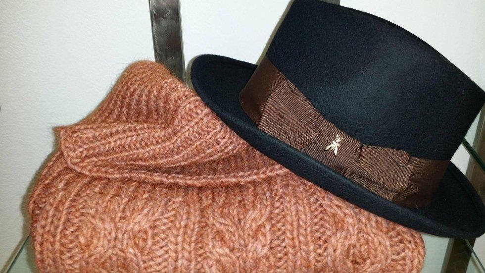 una sciarpa di lana e un cappellino nero