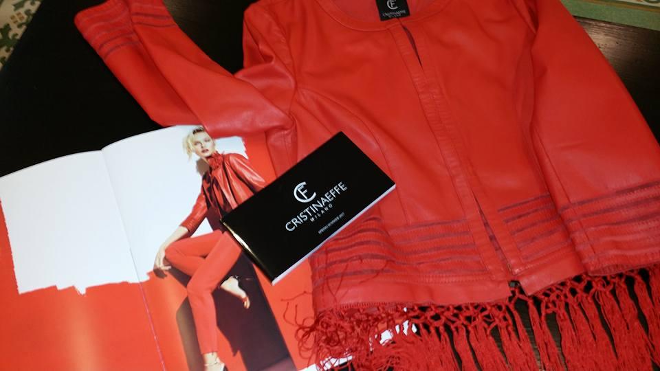una giacca di pelle di color rosso