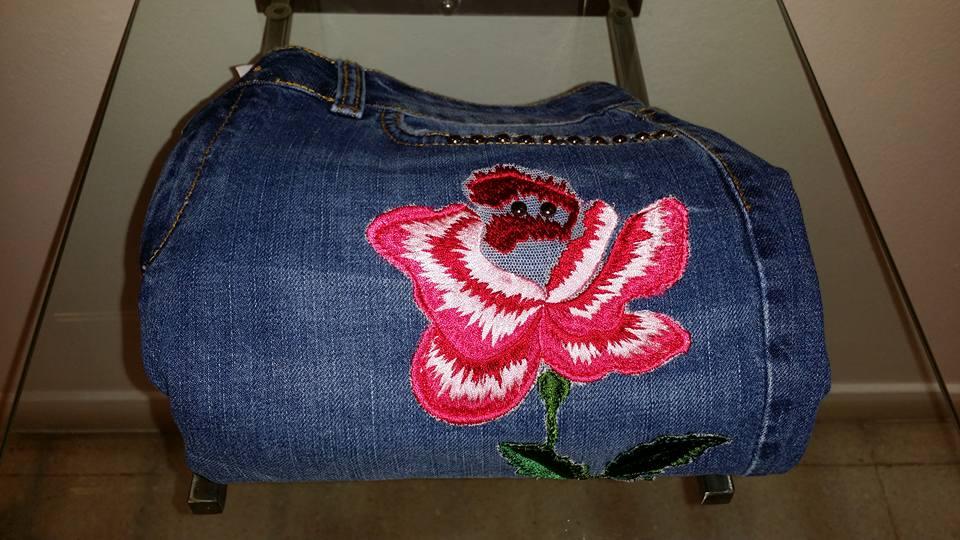 un jeans con disegni di un fiore