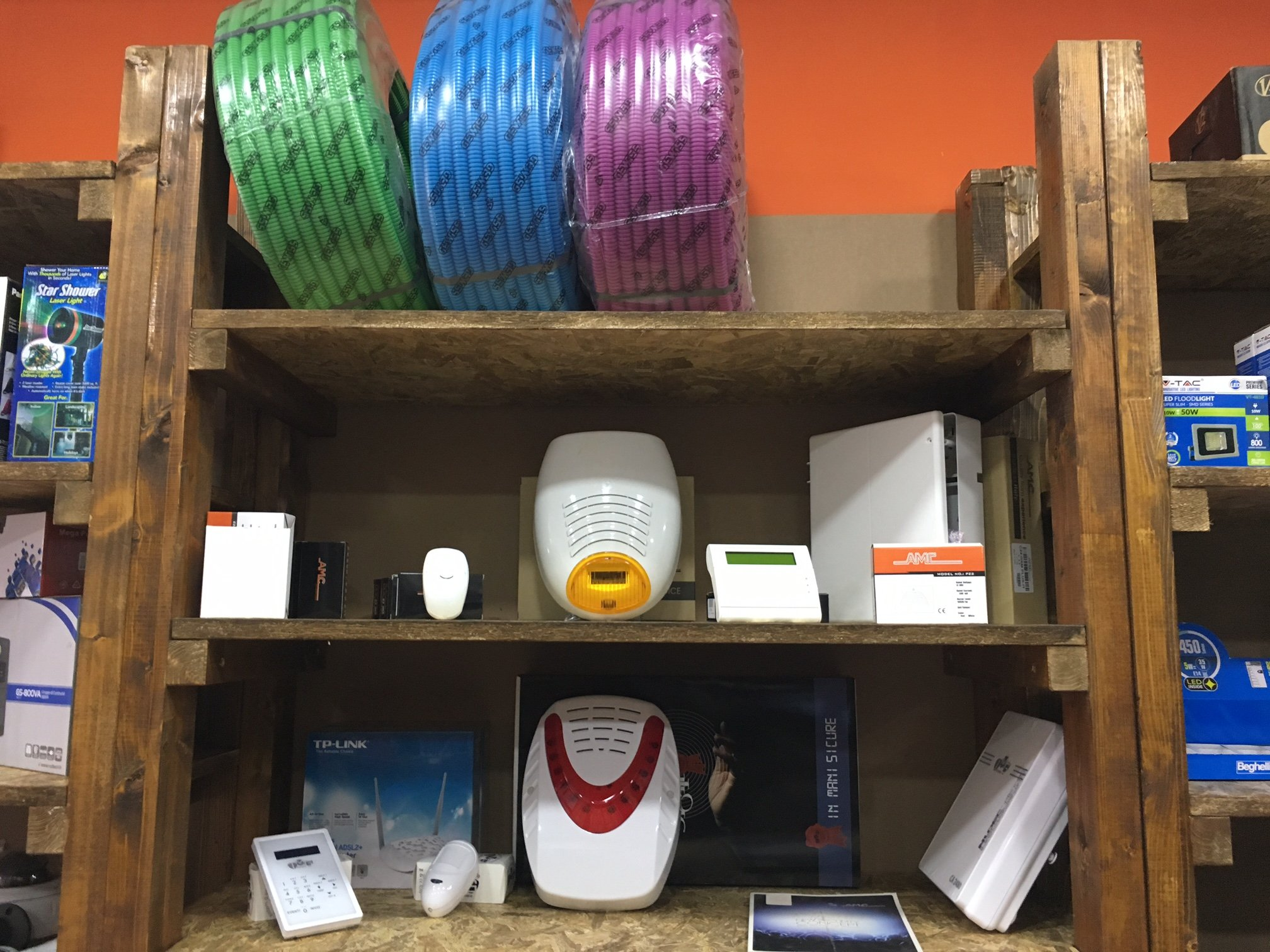 dei dispositivi di allarme e modem in uno scaffale