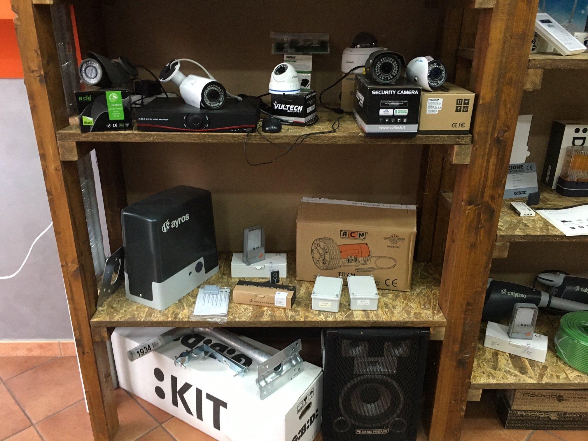 delle telecamere a circuito chiuso in uno scaffale