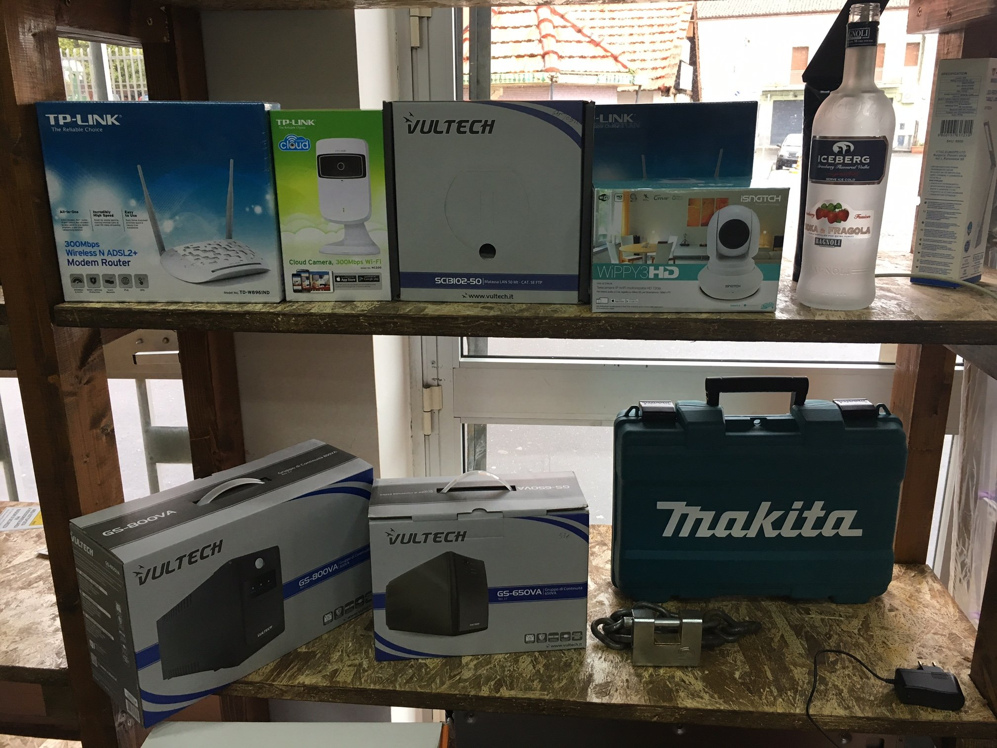 modem, videocamere e gruppi di continuita' in uno scaffale