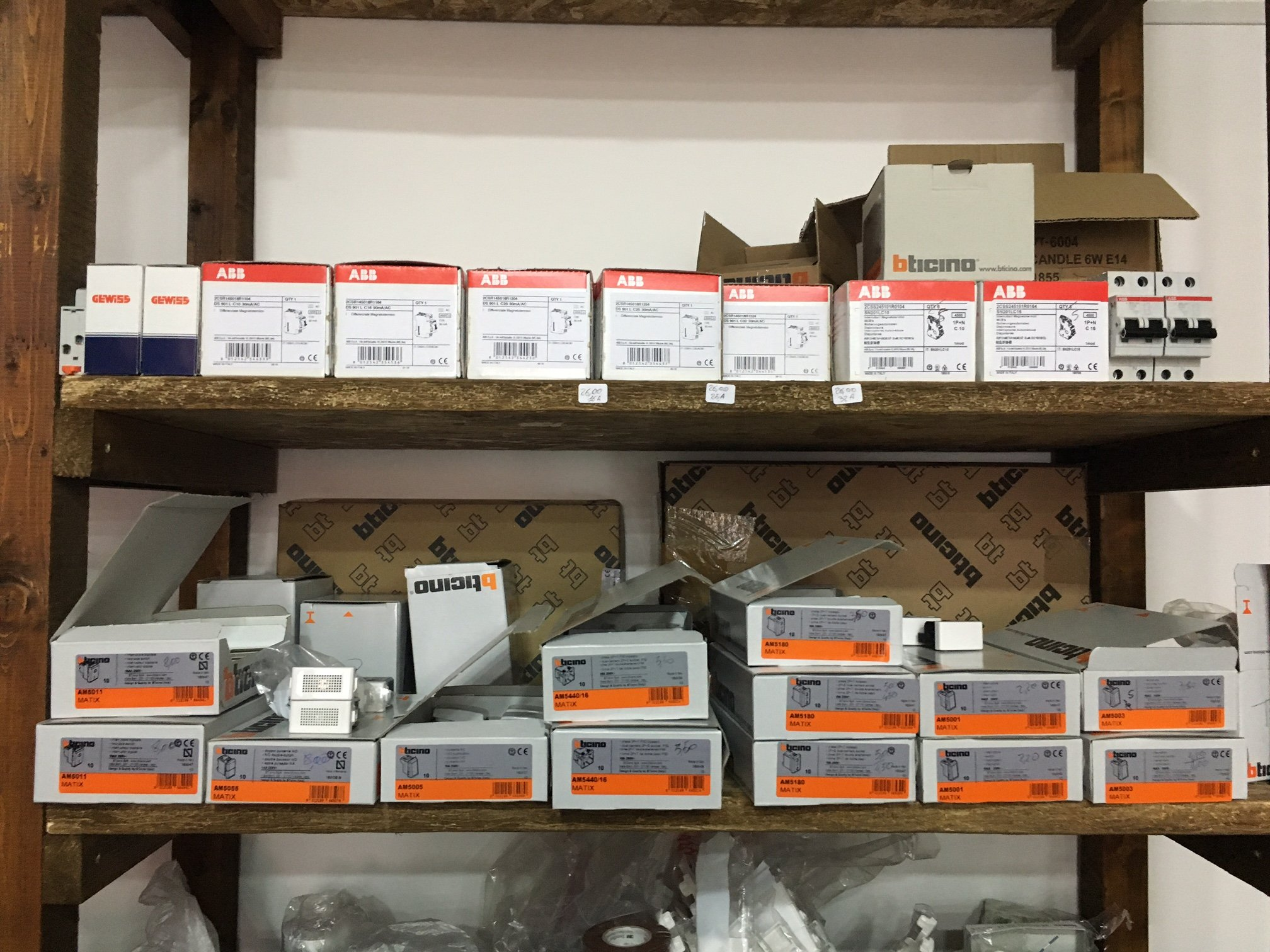 delle scatolette contenenti degli interruttori in uno scaffale