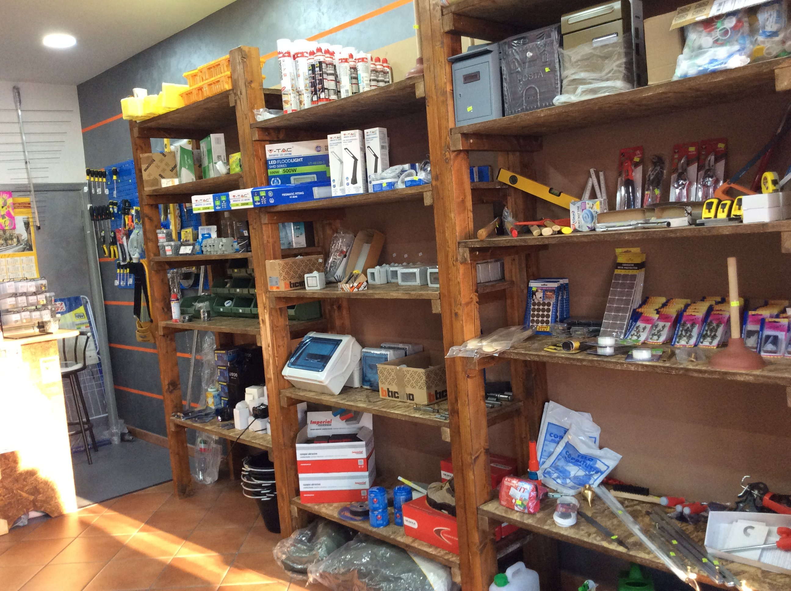 dei prodotti dentro a degli scaffali all'interno del negozio