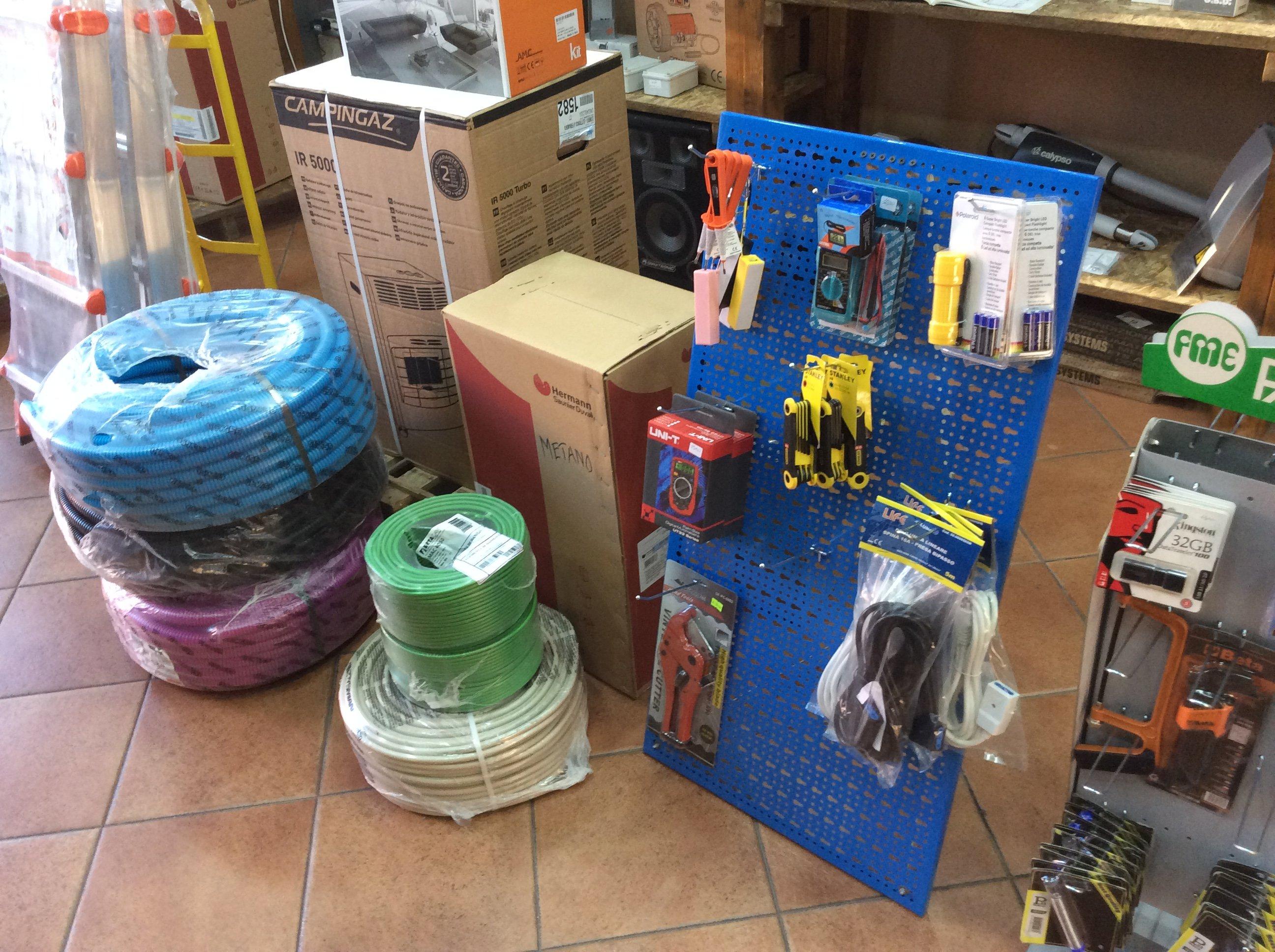 dei cavi arrotolati e dei prodotti appesi su dei piccoli pannelli