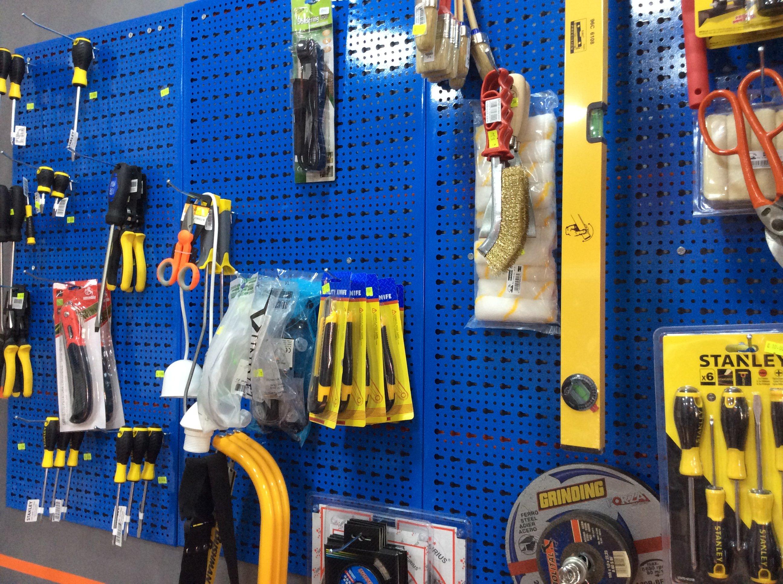 cacciaviti, forbici e altro materiale in esposizione su un pannello