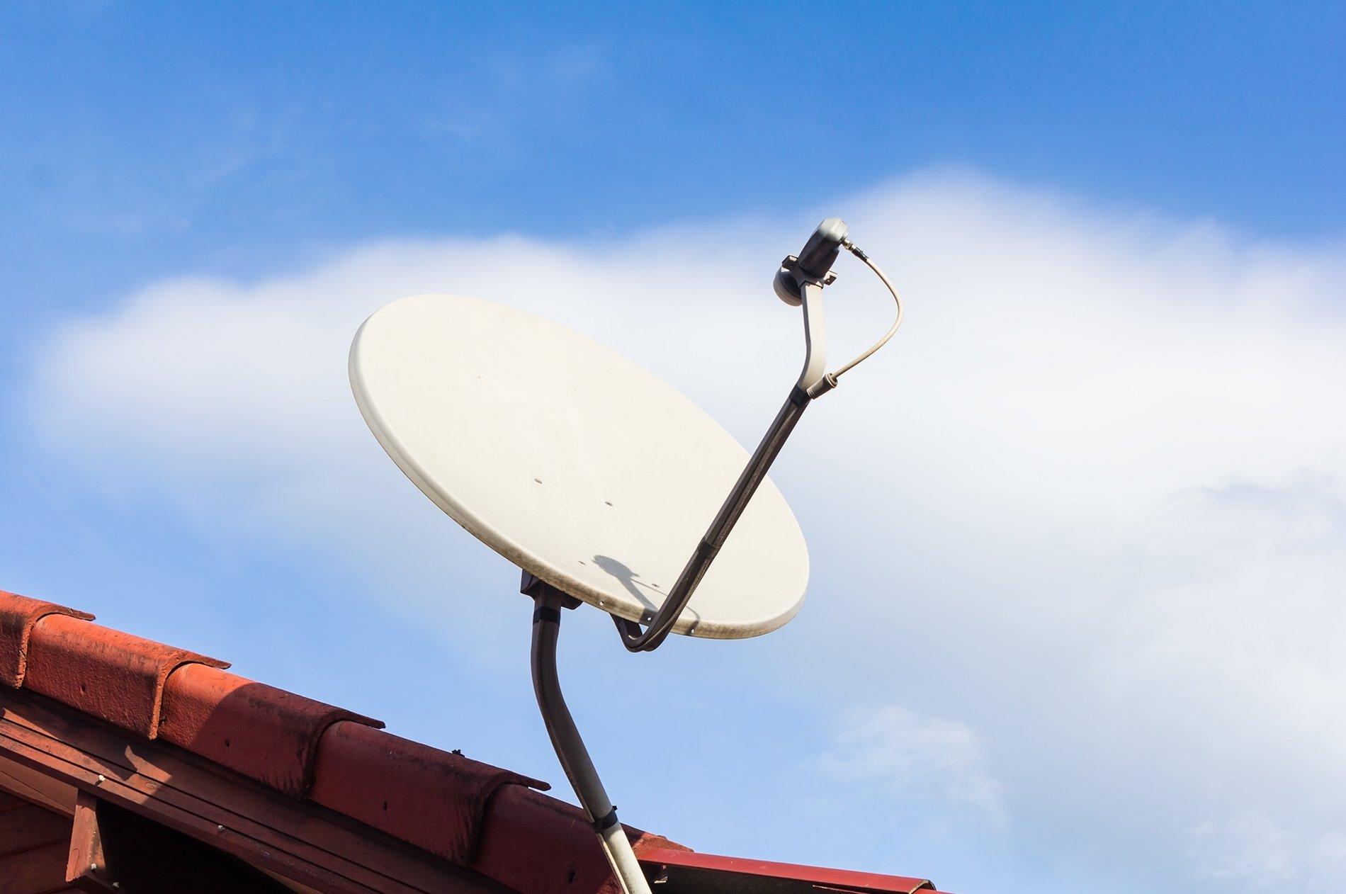 parabola sul tetto di una casa