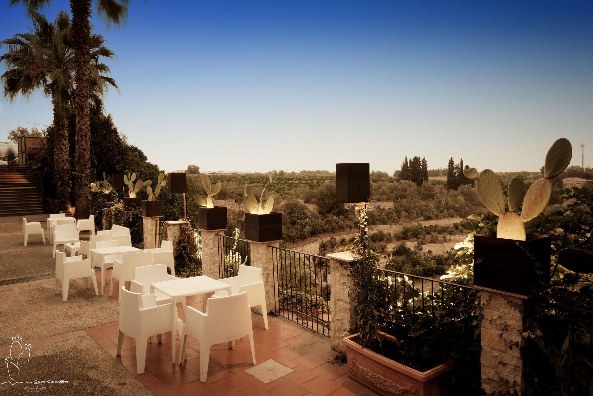 Tavoli bianchi su terrazza in Sicilia