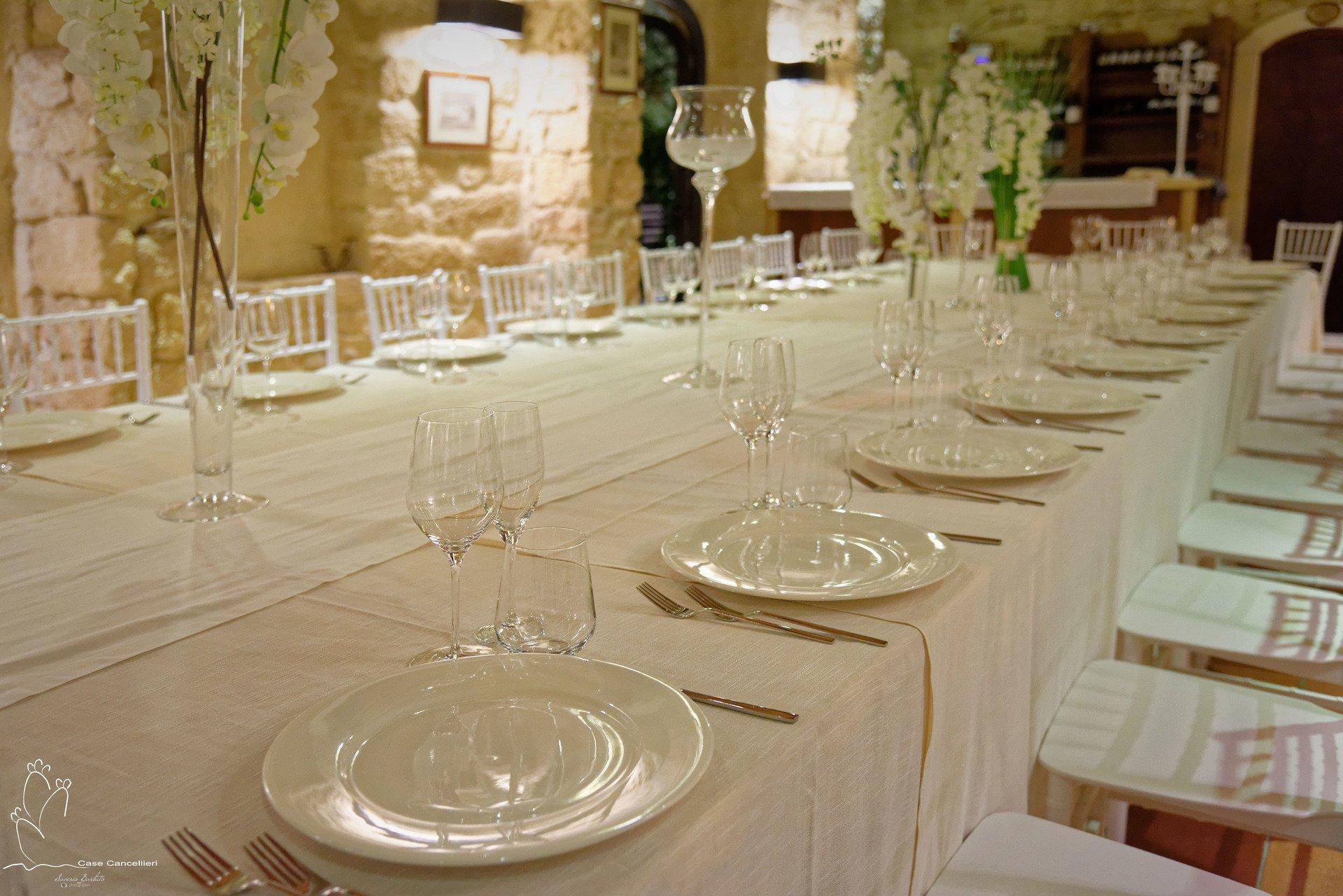 Grande tavolo apparecchiato in primo piano