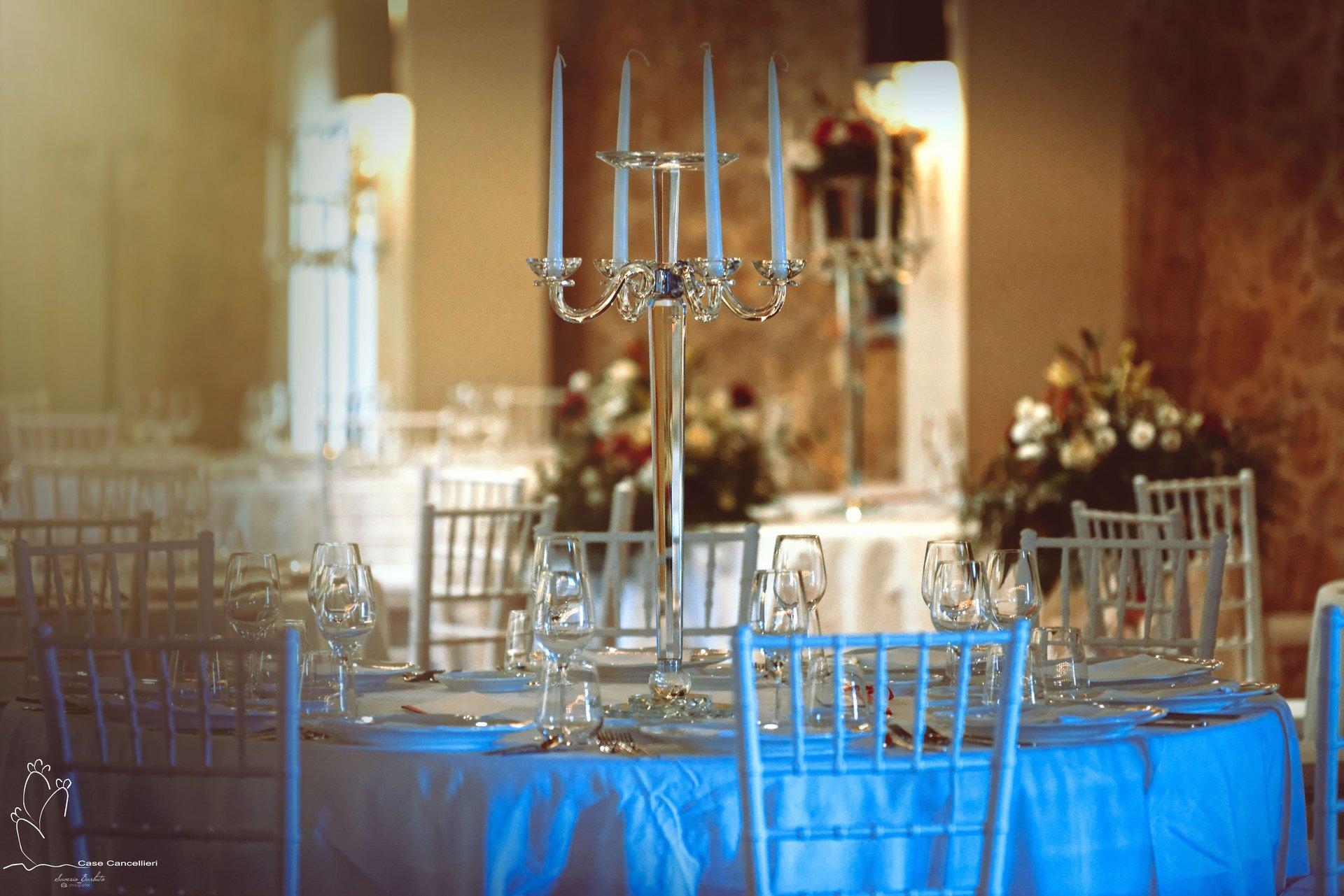 Tavolo apparecchiato con candelabro
