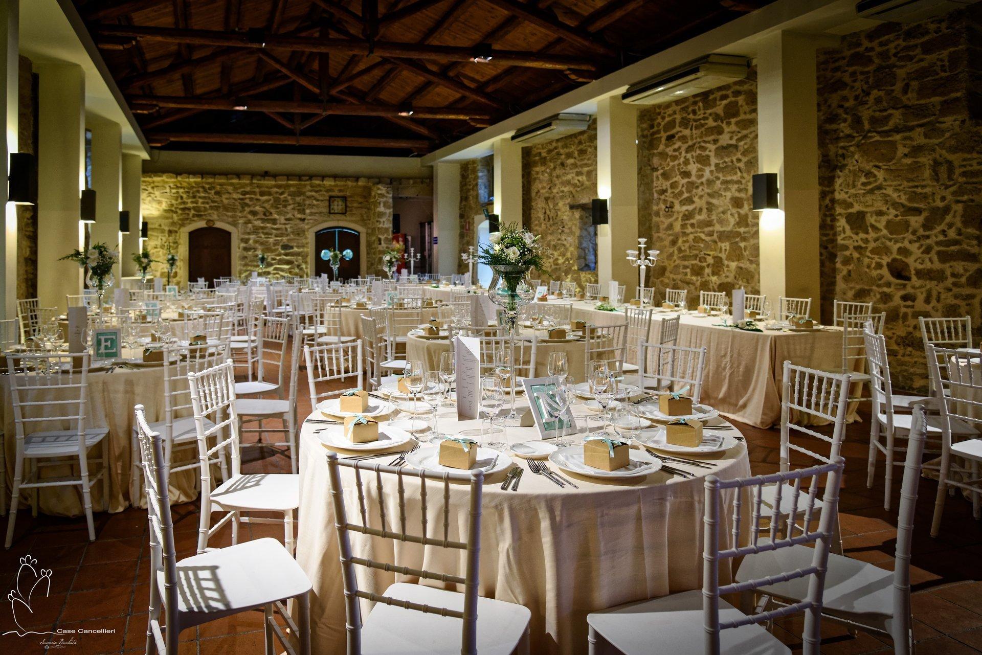 Tavoli apparecchiati per cerimonia elegante