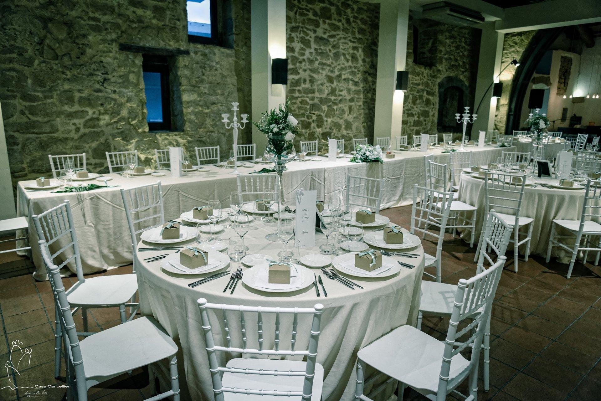Un tavolo apparecchiato per cerimonia elegante