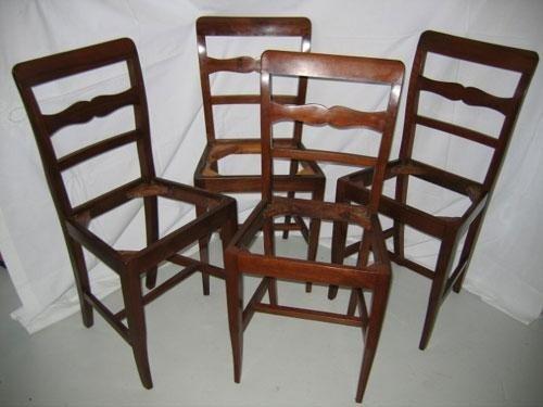 Quattro sedie antiche in legno di noce
