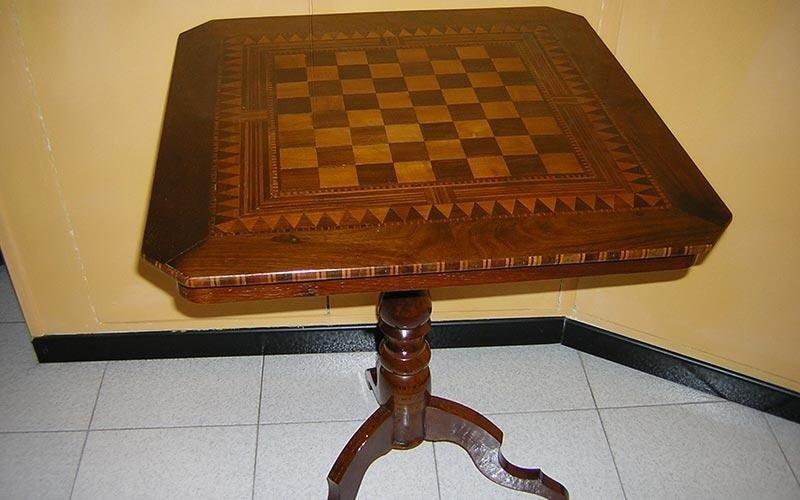 Tavolino con scacchiera restaurato