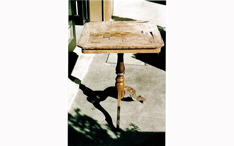 Tavolino in legno con scacchiera