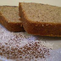 due fette di una torta e del cacao spolverato sul piatto