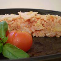 un tortino di riso con un pomodoro e del basilico