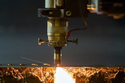 un macchinario che taglia il metallo