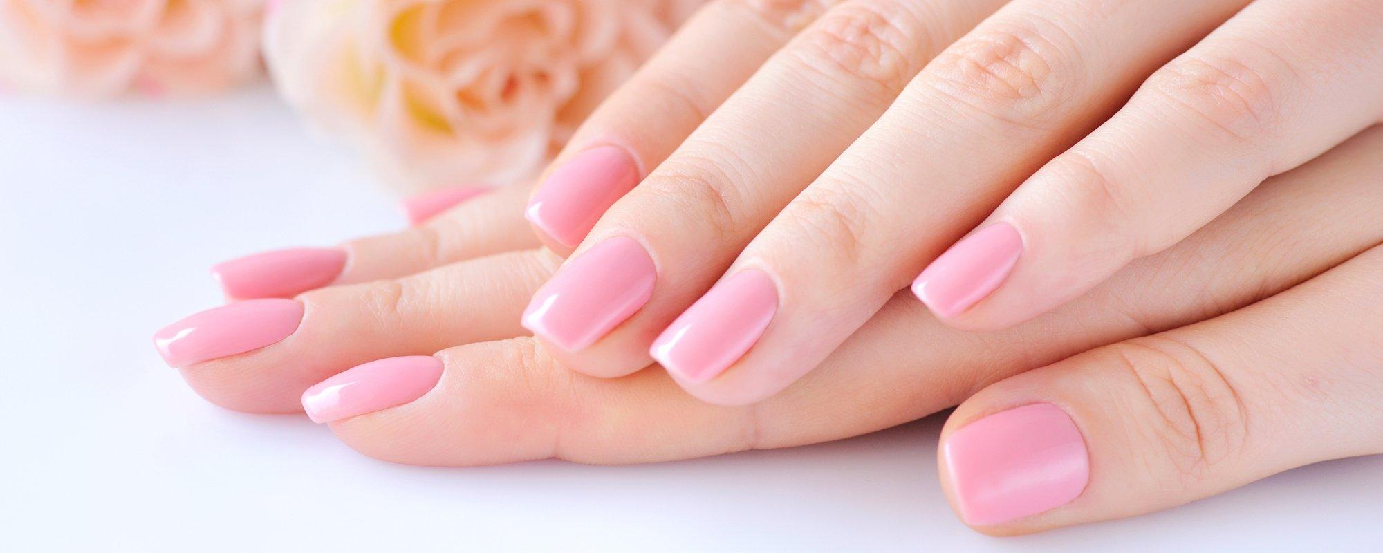 Ricostruzione unghie con smalto semipermanente color rosa chiaro