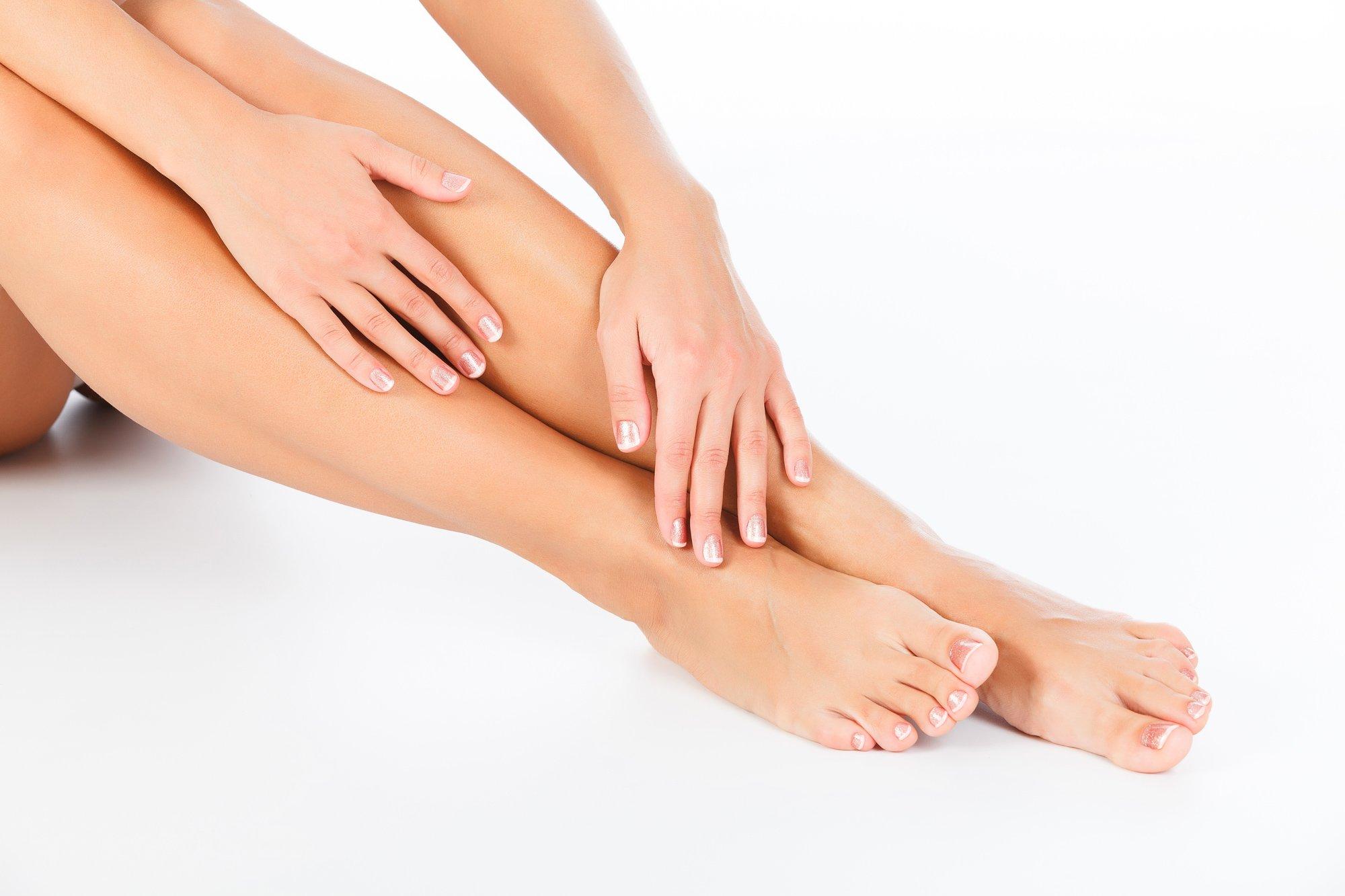 mani e piedi trattati da manicure e pedicure