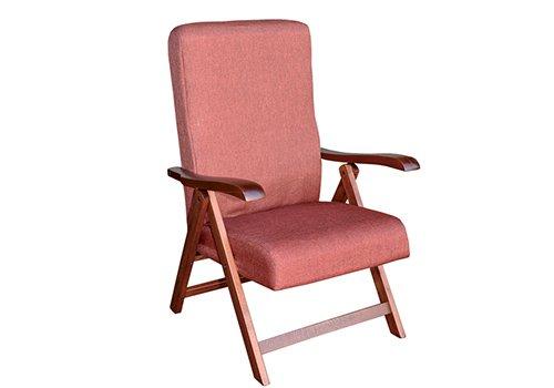 una sedia in legno rossa con cuscini imbottiti