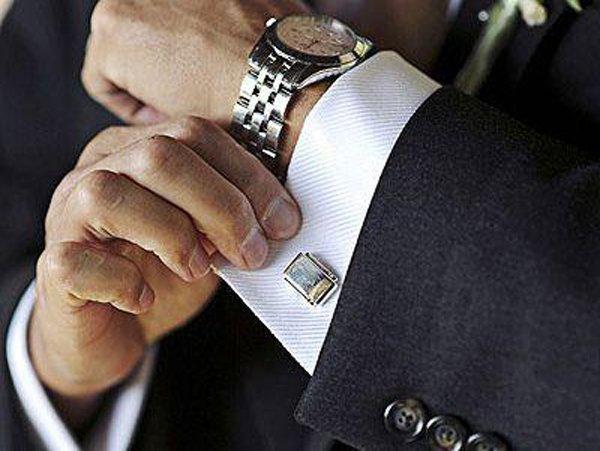 modello indossa un orologio da polso con abito elegante