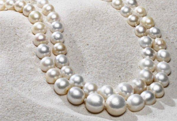 primo piano di una collana in perle