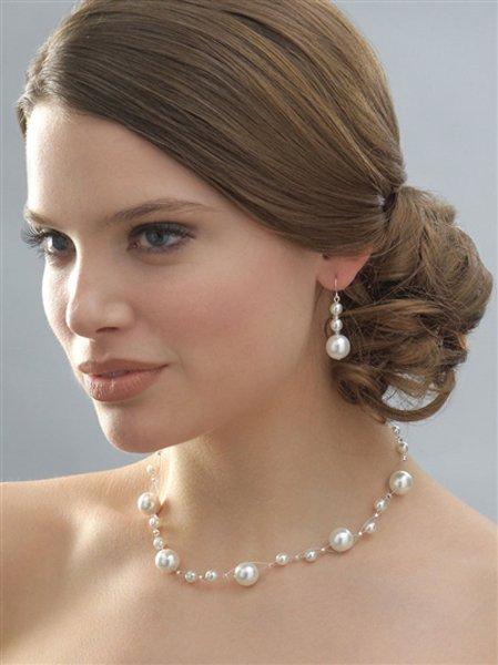 modella indossa collana ed orecchini con perle
