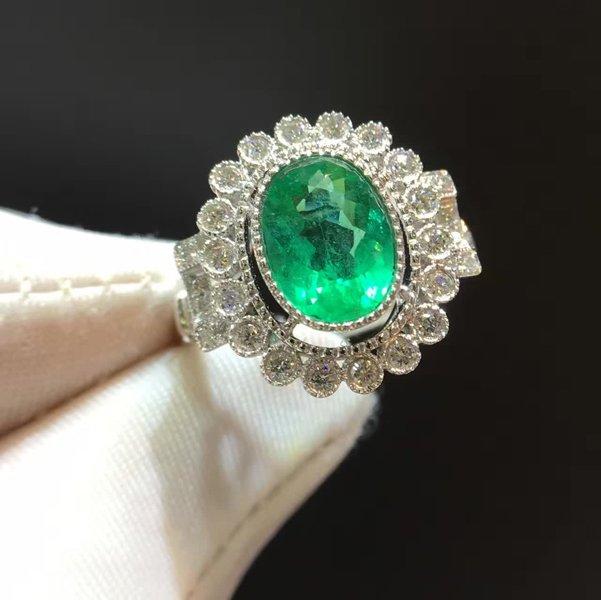 anello a fiore con pietra verde