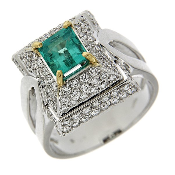 anello con pietra azzurra e pietre incastonate